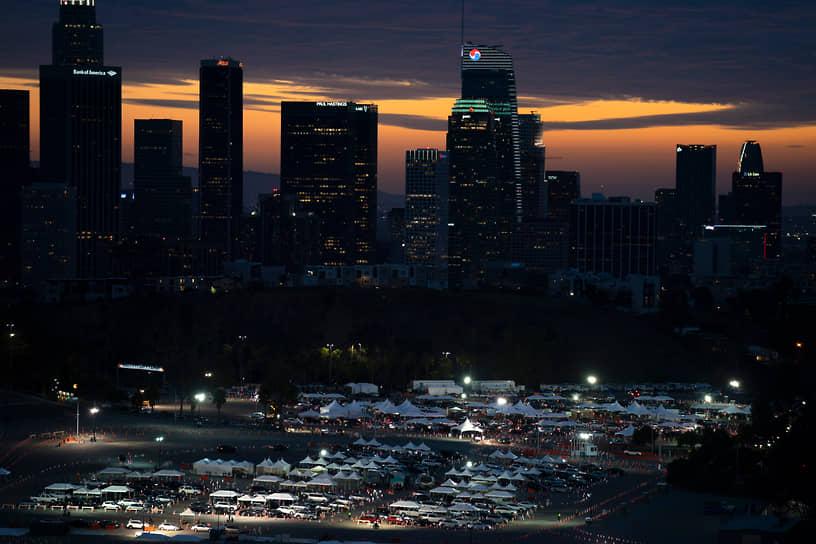 Лос-Анджелес, США. Автомобилисты в очереди на тестирование и вакцинацию от коронавируса