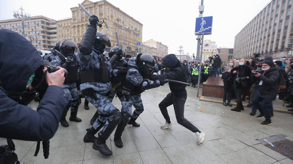 Сотрудники ОМОНа во время столкновений с участниками несанкционированной акции в поддержку оппозиционера Алексея Навального