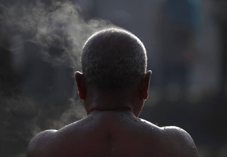Бхактапур, Непал. Верующий индуист после омовения в реке