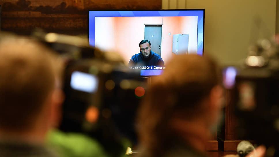 Алексей Навальный, находящийся в СИЗО-1 Москвы, на экране монитора во время заседания суда