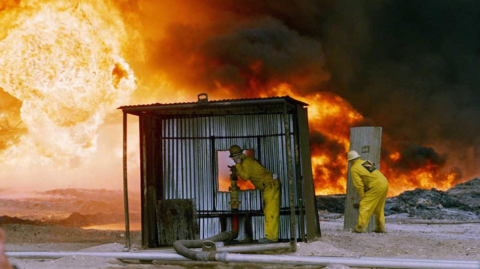 Воздух рядом с горящими нефтяными скважинами был настолько раскаленным, что пожарным нужно было работать из укрытий