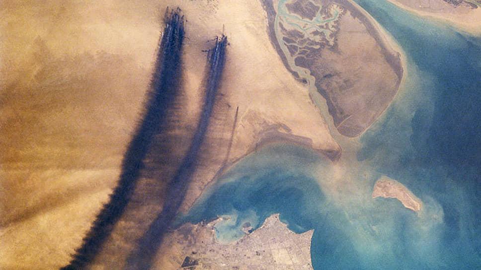 Этот спутниковый снимок сделан через пять месяцев после поджога нефтяных скважин