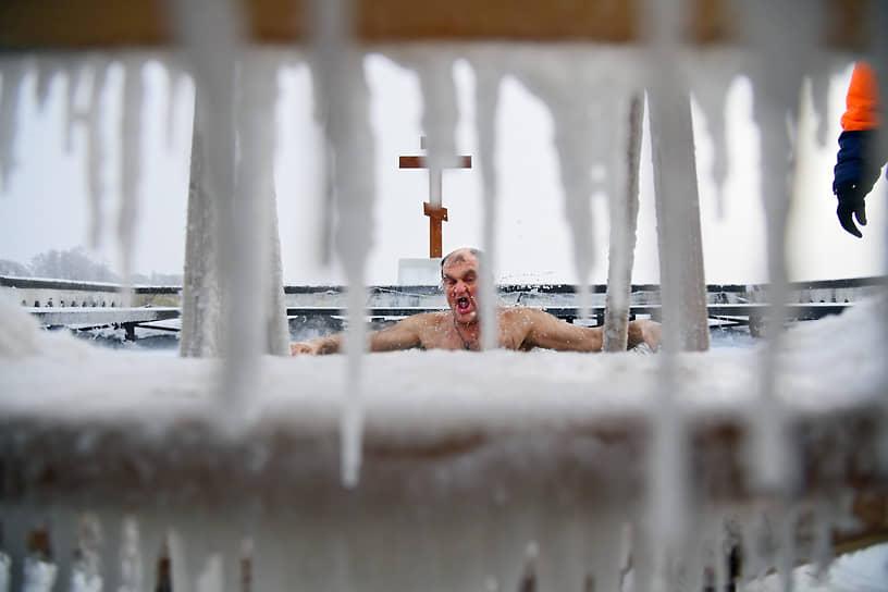 19 января. Село Теряево, Московская область. Крещенские купания в Иосифо-Волоцком монастыре