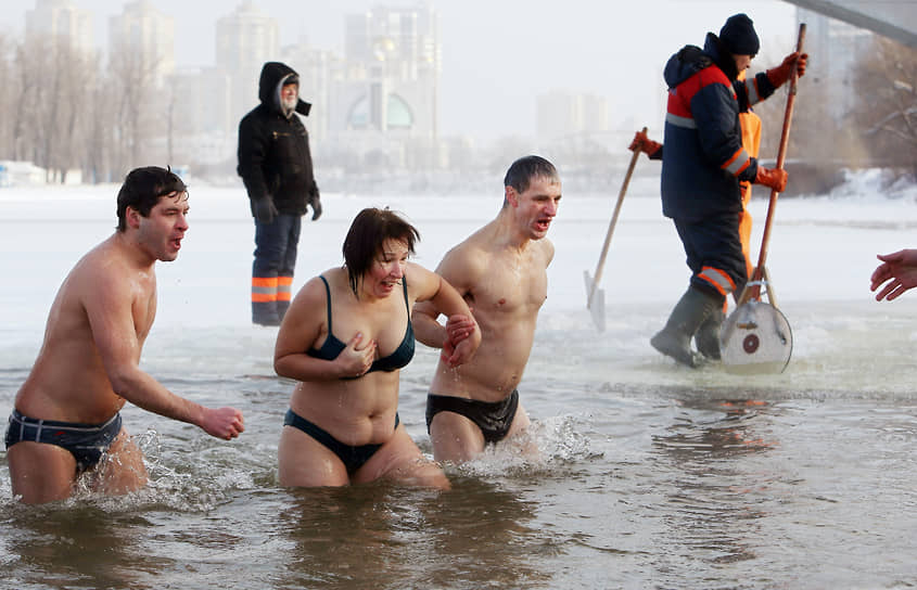 19 января. Киев, Украина. Крещенские купания в гидропарке
