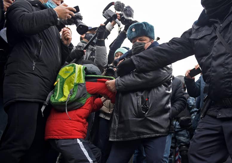 23 января. Москва. Сотрудники полиции во время задержания участников несанкционированной акции протеста в поддержку политика Алексея Навального на Пушкинской площади