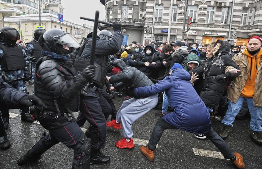 23 января. Москва. Столкновения между протестующими и сотрудниками полиции на акции в поддержку Алексея Навального на Страстном бульваре