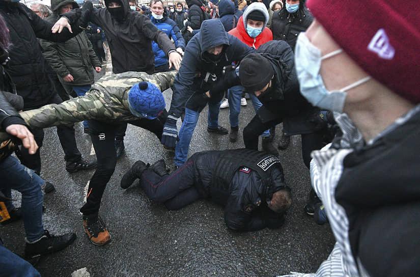 23 января. Москва. Протестующие и сотрудники полиции на акции в поддержку Алексея Навального на Страстном бульваре
