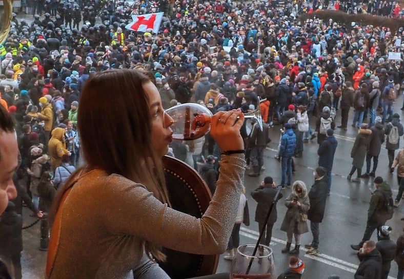 23 января. Санкт-Петербург. Посетительница кафе во время проведения акции в поддержку Алексея Навального на Сенатской площади