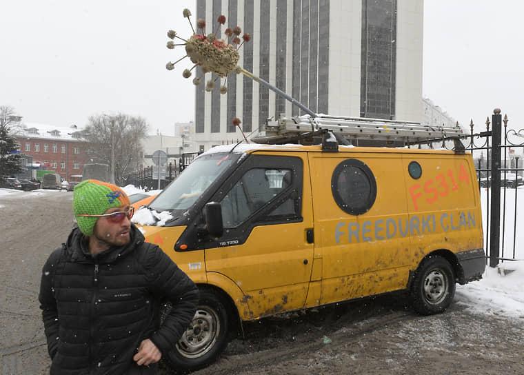 Участник акции протеста в Москве
