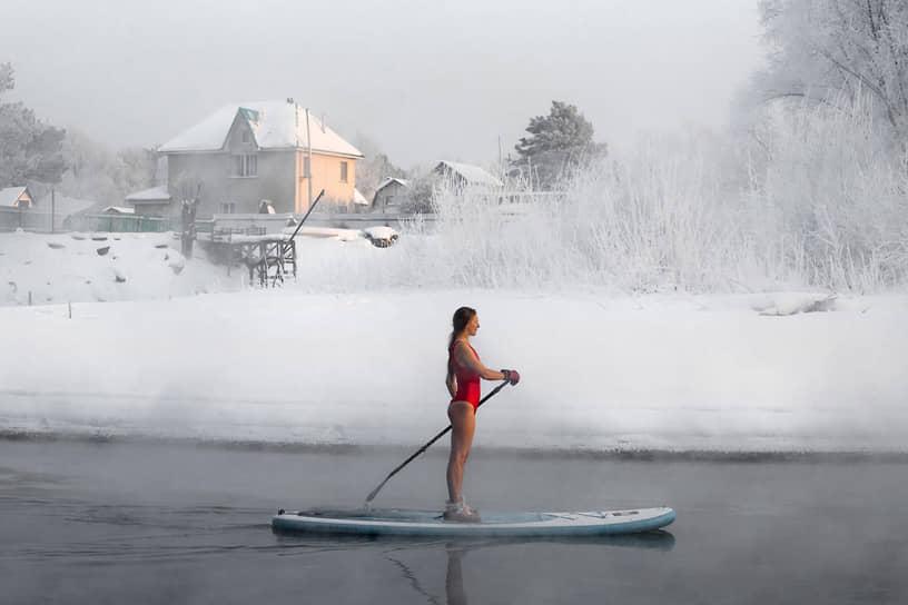 20 января. Новосибирск. Любительница сапсерфинга во время плавания по реке Обь при температуре -31°C