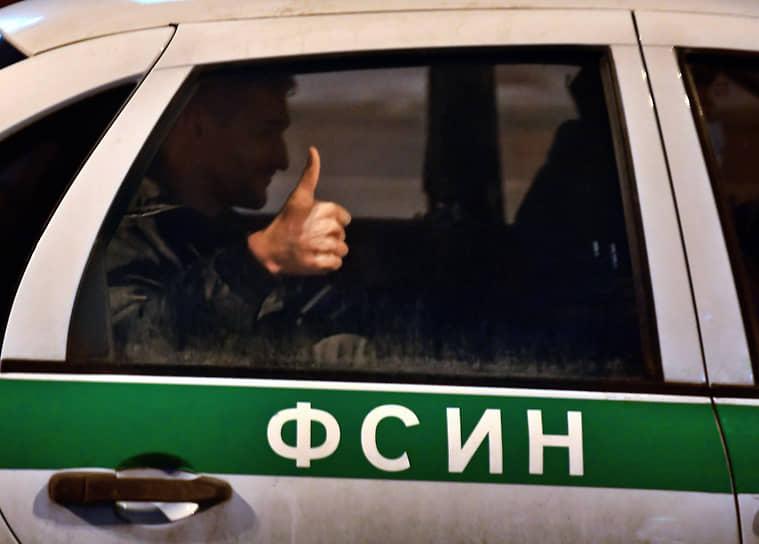 29 января. Москва. Брат политика Алексея Навального Олег с поднятым большим пальцем в окне автомобиля Федеральной службы исполнения наказания у здания Тверского райсуда
