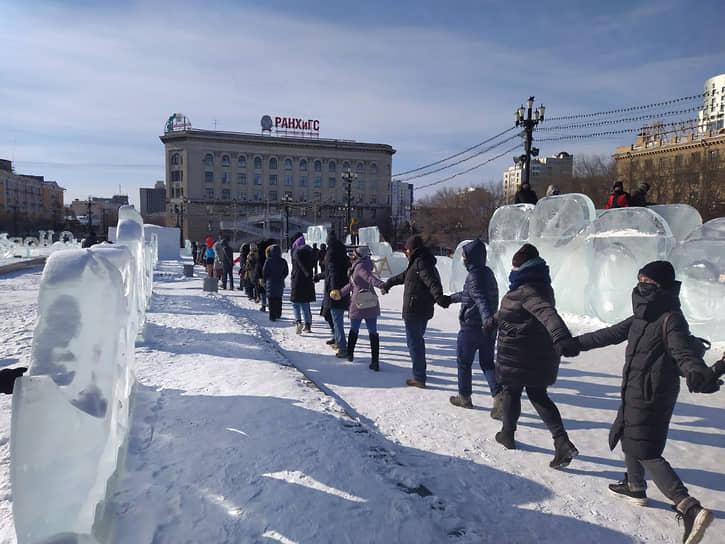 В Хабаровске, по данным УМВД, на митинг пришло 58 человек. Когда сотрудники правоохранительных органов призвали участников мероприятия разойтись, несколько десятков человек взялись за руки и принялись водить на площади хоровод