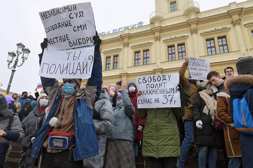 На выходе из станции метро «Комсомольская» в Москве стена протестующих схватилась в цепочку и пошла на ОМОН, чтобы отбить задержанных