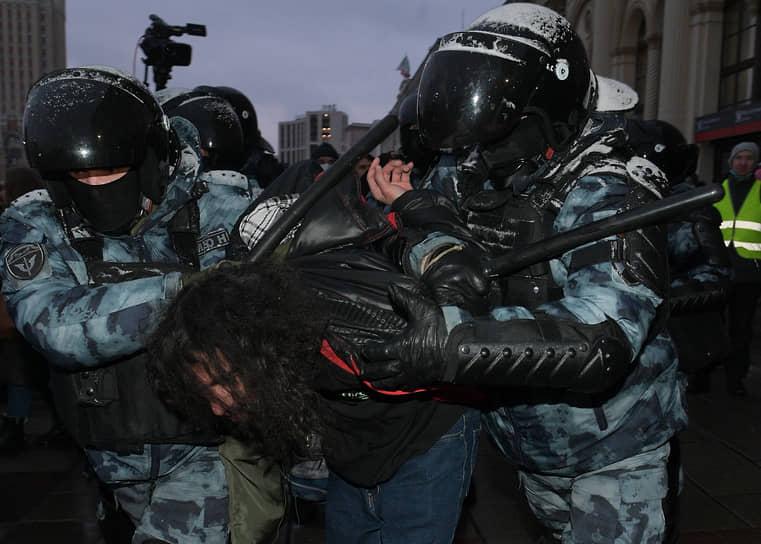 Задержание участника акции на Комсомольской площади в Москве