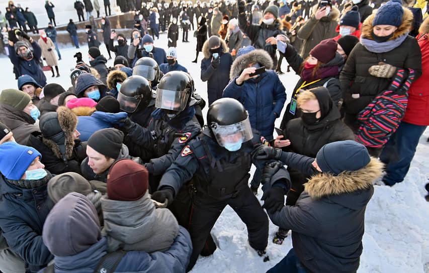 Задержание митингующих в Омске