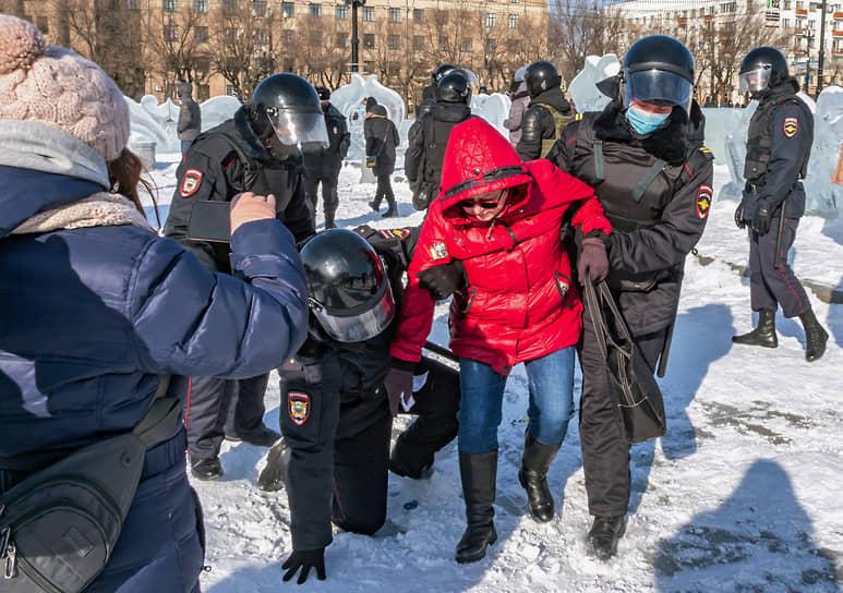 Через несколько минут ОМОН задержал наиболее активных участников митинга в Хабаровске, остальные люди разошлись. Всего было задержано 13 человек, в числе которых оказались и журналисты, представляющие федеральные СМИ