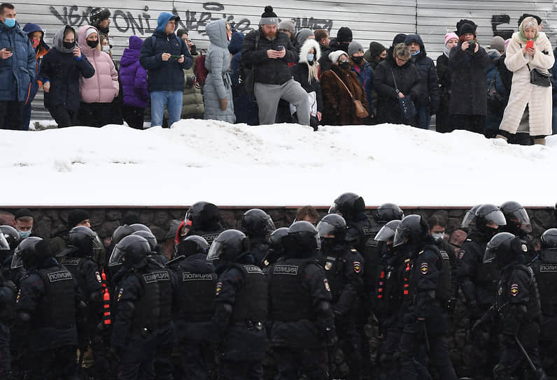 Сотрудники правоохранительных органов и протестующие на Каленчевской улице в Москве