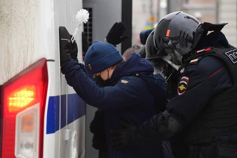 Задержание участника акции в поддержку Алексея Навального в Москве