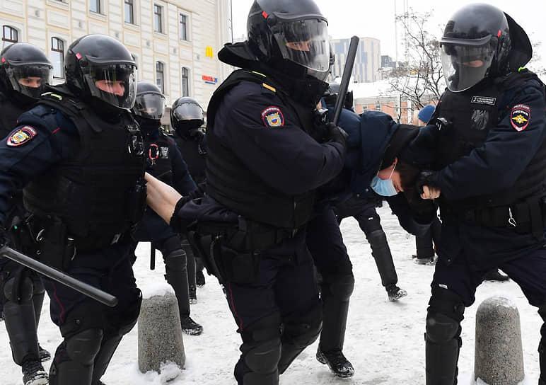 В столкновениях в Москве омоновцы активно используют дубинки