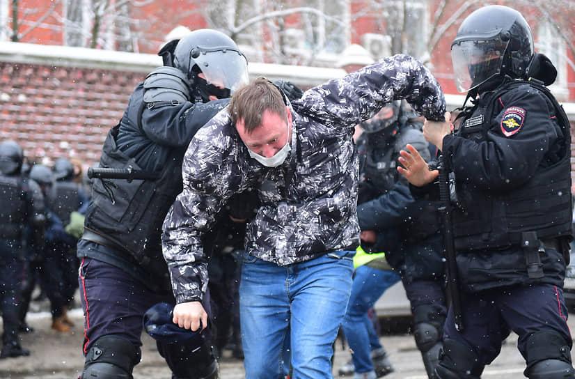 Задержание участника акции протеста в Москве