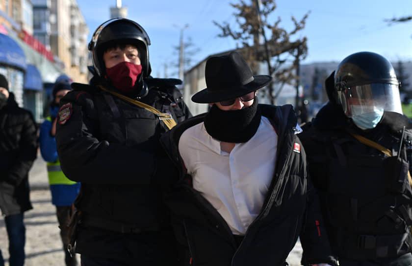 """Задержание участника протестов в поддержку Алексея Навального в Омске. По оценке """"Ъ"""", в акции участвовали около 1 тыс. человек"""