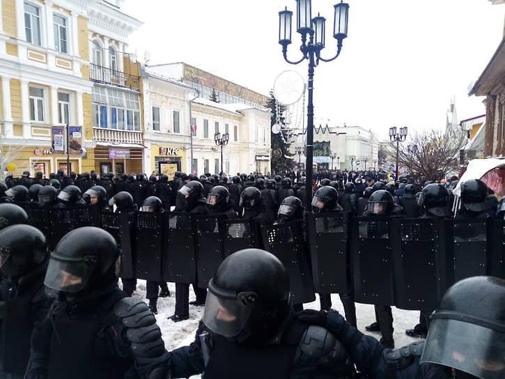 В Нижнем Новгороде сотрудники Росгвардии перекрыли центральную пешеходную улицу Большую Покровскую и начали по одному выдергивать из толпы активистов и уводить их в муниципальные автобусы