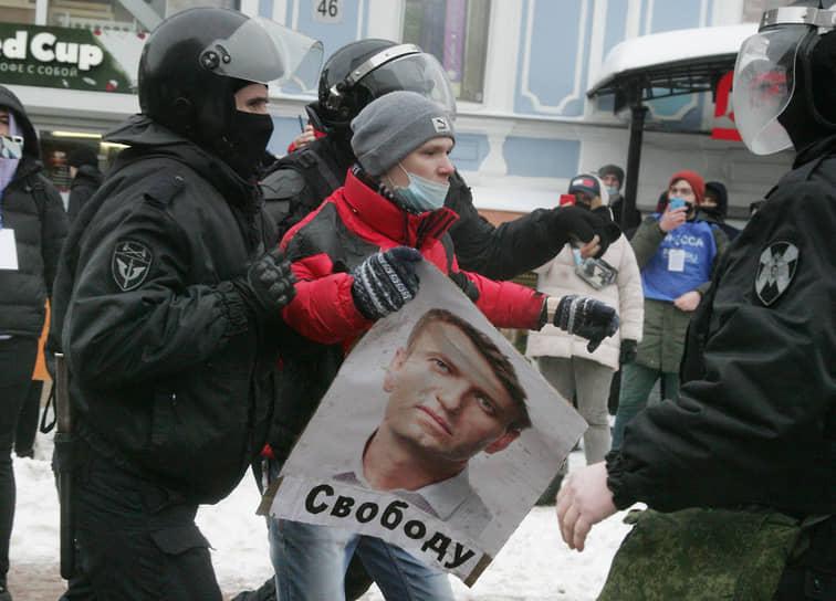 В Нижнем Новгороде сотрудники Росгвардии перекрыли центральную пешеходную улицу Большую Покровскую и начали по одному выдергивать из толпы активистов и уводить их в муниципальные автобусы. Через несколько минут у здания кинотеатра «Октябрь», где собирались протестующие, почти не осталось активистов, а пришедшие на митинг нижегородцы стали расходиться