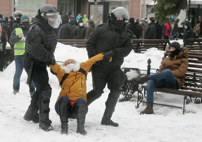 Оставшиеся нижегородские протестующие попытались собраться на площади Минина, пройдя по нескольким центральным улицам, однако там их встретила Росгвардия. К двум часам дня акция протеста завершилась. Всех задержанных доставили в различные городские отделения полиции.<br>На фото: Задержание участницы акции протеста в Нижнем Новгороде