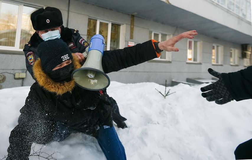 Задержание участника акции протеста в Новосибирске