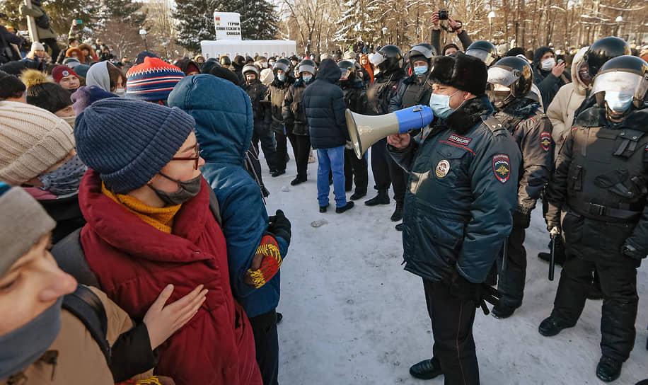 В Новосибирске по оценкам местных СМИ участие в шествии принимает около 6 тыс. человек. Штаб Навального сообщает о 10 тыс.