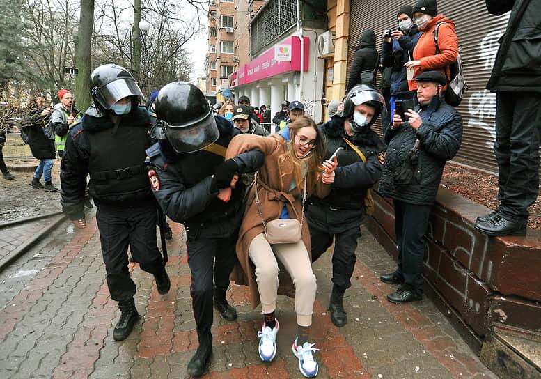 Задержание участницы акции протеста в Ростове-на-Дону
