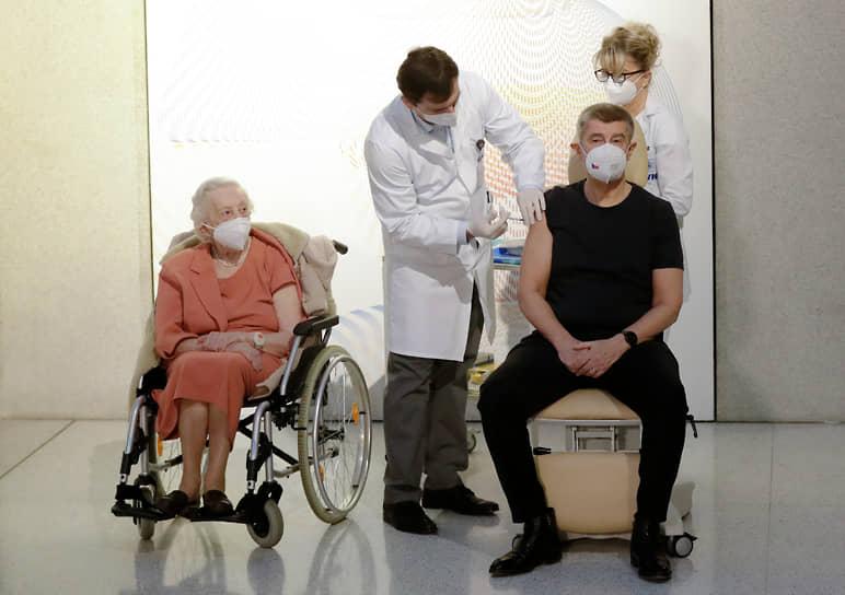 27 декабря премьер-министр Чехии Андрей Бабиш первым в стране привился от коронавируса вакциной Pfizer/BioNTech. Процедура транслировалась в прямом эфире по ТВ