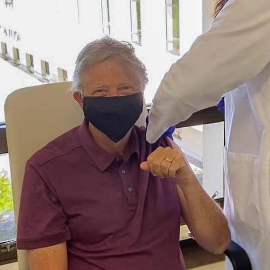 22 января основатель Microsoft, мультимиллиардер и филантроп Билл Гейтс в Twitter рассказал, что получил первую дозу вакцины от коронавируса и поблагодарил всех участников создания препаратов против COVID-19. Однако он не уточнил, дозу какой именно вакцины получил