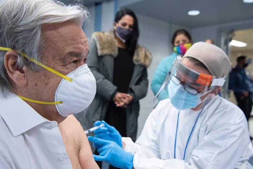 29 января генеральный секретарь ООН Антониу Гутерриш в Twitter сообщил, что получил вакцину против коронавирусной инфекции. «Я получил сегодня первую дозу вакцины от COVID-19. Мы должны работать над тем, чтобы обеспечить доступ людей к вакцине во всем мире», — написал он, не уточнив производителя вакцины