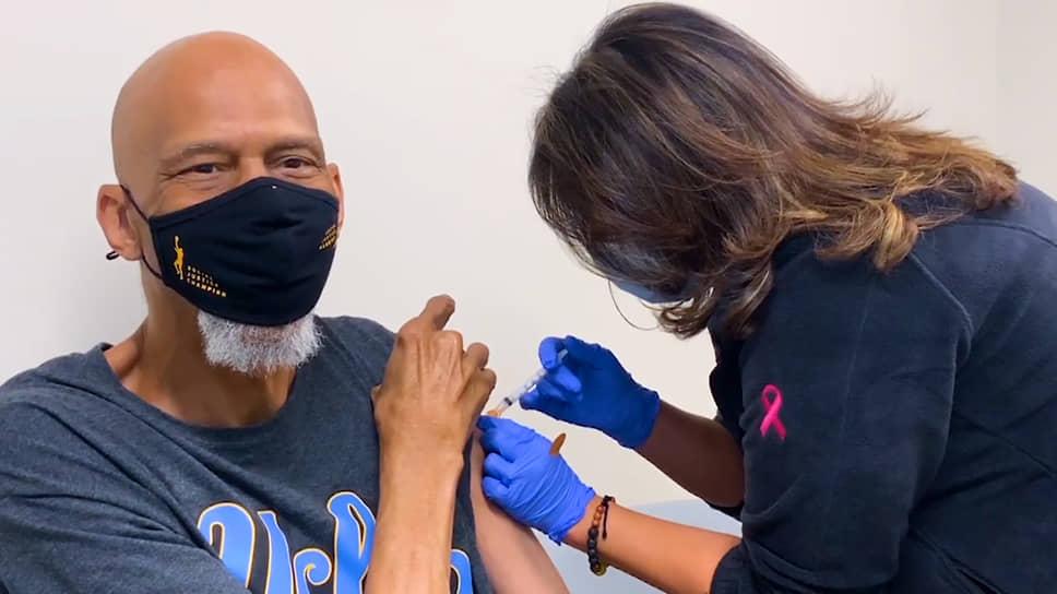 18 января легендарный 73-летний экс-баскетболист НБА Карим Абдул-Джаббар сделал прививку от коронавируса. Производителя вакцины он не назвал. «Из-за вируса COVID-19 нам пришлось изучить новые способы быть вместе, пришлось найти новые способы общаться, новые способы играть. Нам нужно найти новые способы обезопасить друг друга», – заявил он