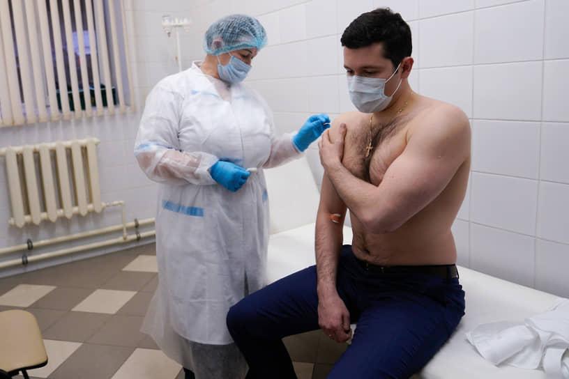 13 декабря 2020 года губернатор Калининградской области Антон Алиханов привился вакциной от коронавируса новосибирского центра «Вектор» «ЭпиВакКорона»