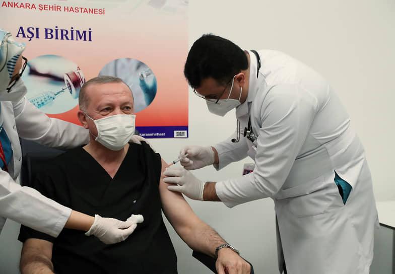 14 января президент Турции Реджеп Тайип Эрдоган привился вакциной CoronaVac китайской фармацевтической компании Sinovac. «Я тоже сделал прививку», — объявил турецкий лидер в своем Telegram-канале, который недавно завел, снабдив сообщение смайликом и фотографиями из кабинета врача