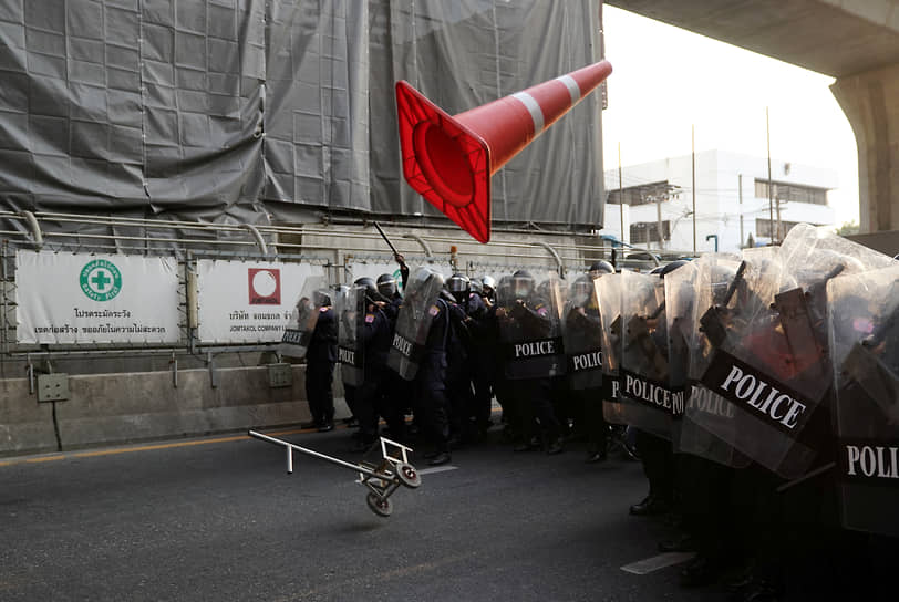 Бангкок, Таиланд. Столкновения протестующих с полицией