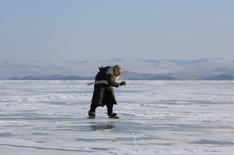 Озеро Байкал, Иркутская область. Местная жительница катается на коньках