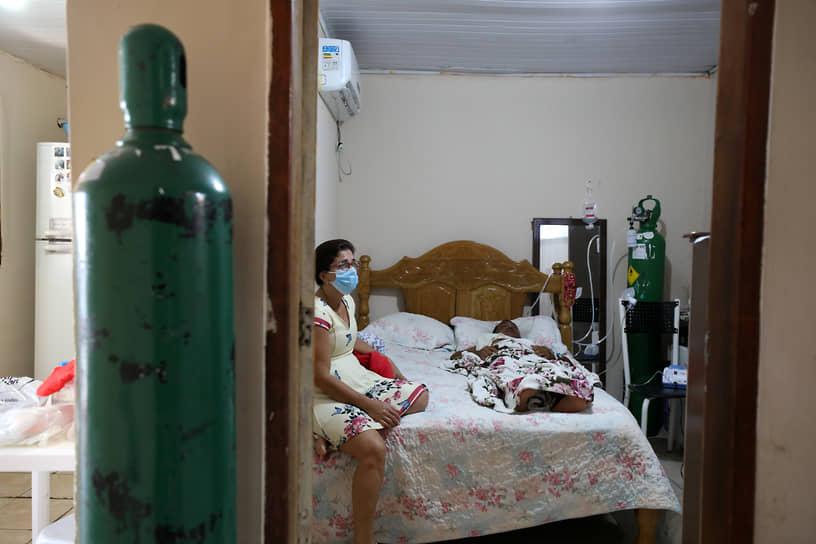 Манаус, Бразилия. Заразившийся коронавирусом мужчина и его жена у себя дома