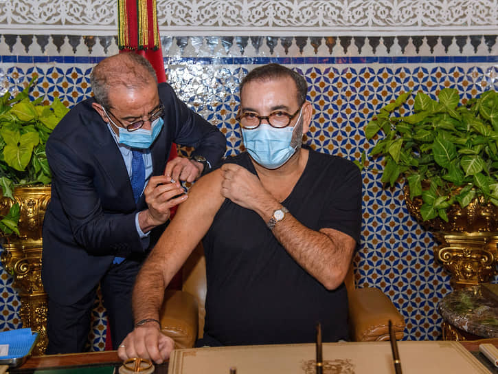 28 января король Марокко Мухаммад VI получил первую дозу вакцины в королевском дворце в городе Фес. Его пресс-служба не уточнила, какой вакциной. Но известно, что в январе в королевство поступила из Индии первая партия вакцины AstraZeneca в объеме 2 млн доз и 500 тыс. доз китайской вакцины Sinopharm