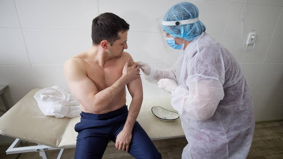 2 марта президент Украины Владимир Зеленский сообщил, что сделал прививку от коронавируса вакциной AstraZeneca (Covishield). Он отметил, что вакцинировался вместе с украинскими военнослужащими как главнокомандующий