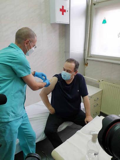 6 января председатель парламента Сербии Ивица Дачич вакцинировался российским препаратом «Спутник V» в Институте вирусологии «Торлак» в Белграде