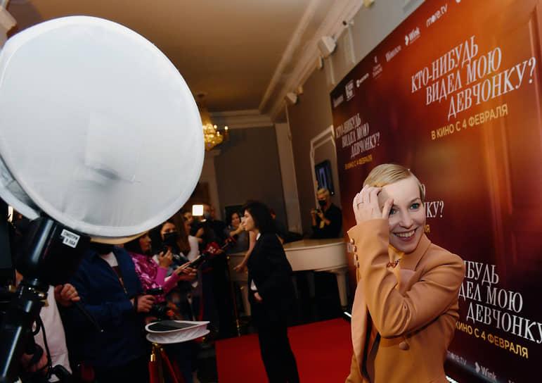 Актриса Мария Шалаева (справа) на премьере фильма «Кто-нибудь видел мою девчонку?»