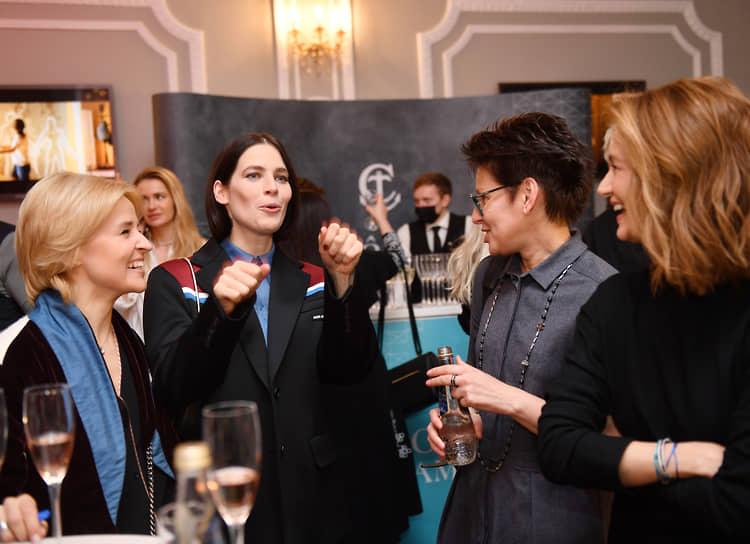 Вокалистка группы «Фрукты» Саша Даль (слева) с актрисой Юлией Снигирь (вторая слева) на премьере фильма «Кто-нибудь видел мою девчонку?»