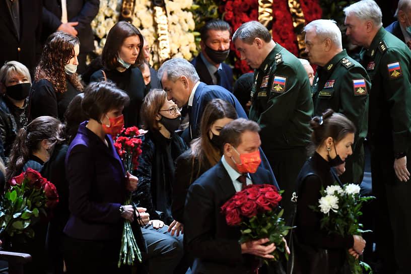 Министр обороны Сергей Шойгу (в центре), начальник Генштаба ВС России — первый замминистра обороны Валерий Герасимов (третий справа) и статс-секретарь - замминистра обороны Николай Панков (второй справа)