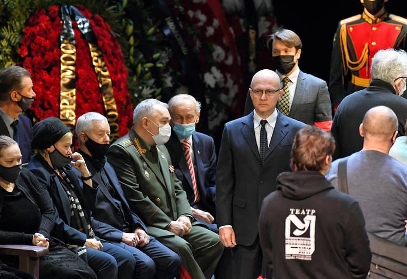 Первый замглавы администрации президента России Сергей Кириенко (в центре)