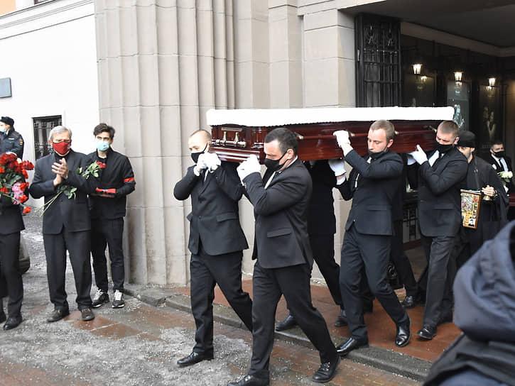 Гроб с телом артиста вынесли под аплодисменты