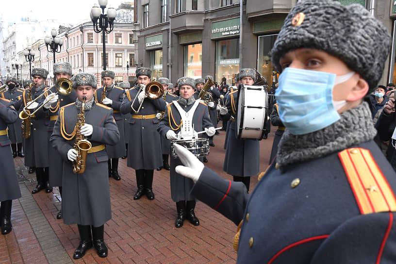 Актера проводили в последний путь продолжительными аплодисментами и под звуки военного оркестра