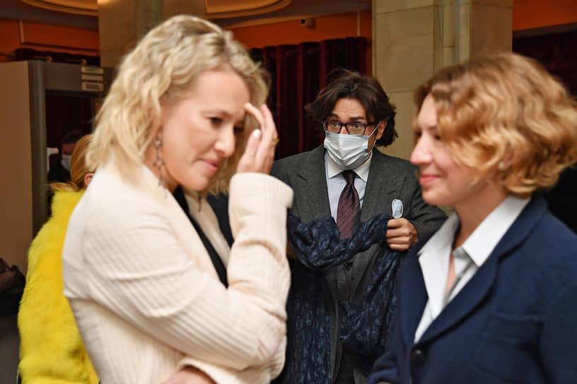 Слева направо: телеведущие Ксения Собчак, Андрей Малахов и продюсер Валерия Роднянская на премьере спектакля «Бэтмен против Брежнева»